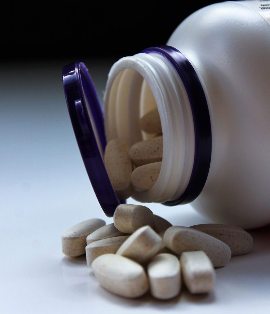 Dose mit Vitamin-Präparat in Pillenform.