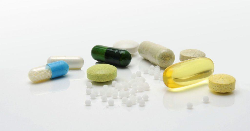 Verschiedene Supplements/Nahrungsergänzungsmittel in Pillenform.