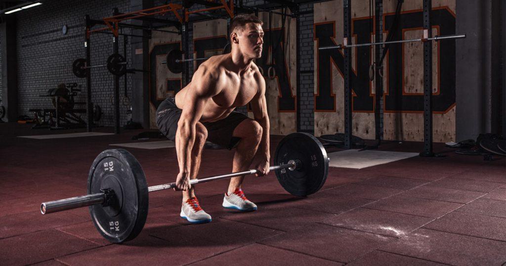 Bodybuilder macht Krafttraining und erhöht seinen Testosteronspiegel
