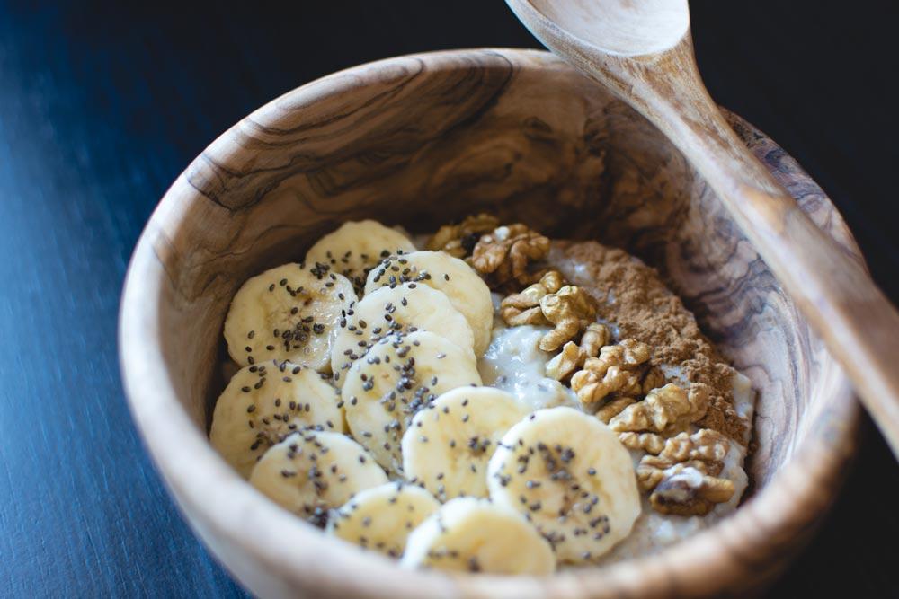 Griechischer Joghurt mit Banane und Walnüssen