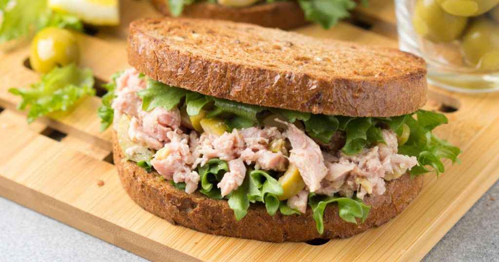 Eiweißbrot mit Thunfisch, Avocado und Salat