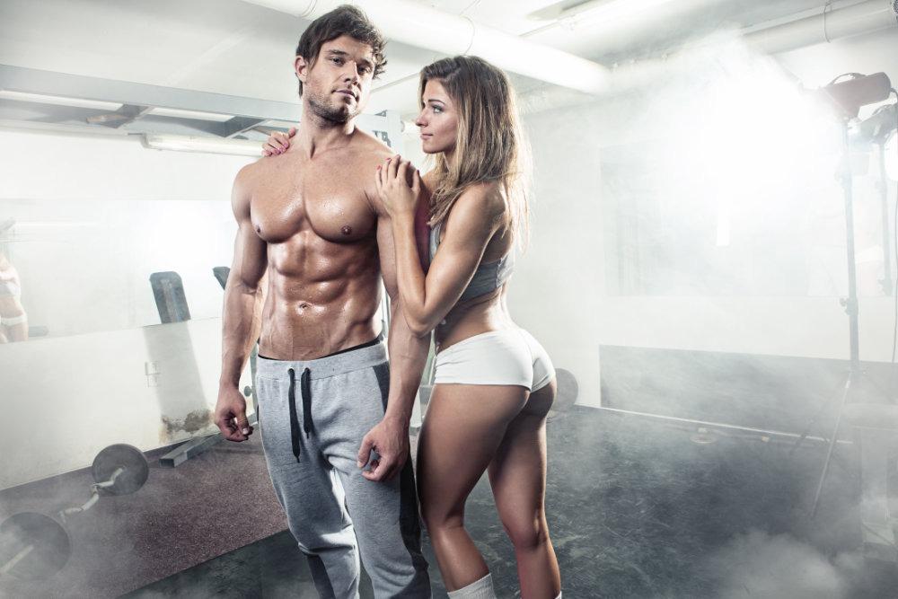 Zwei Fitness Models posieren in einem Raum voller Nebel
