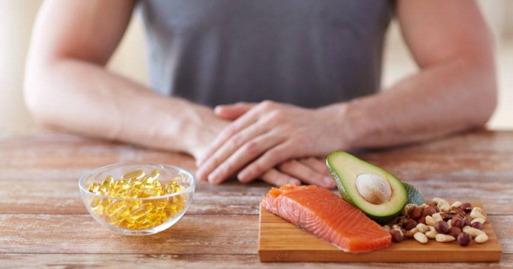 Fischöl-Kapseln, Lachs, Avocado und Nüssen für einen höheren Testosteronspiegel