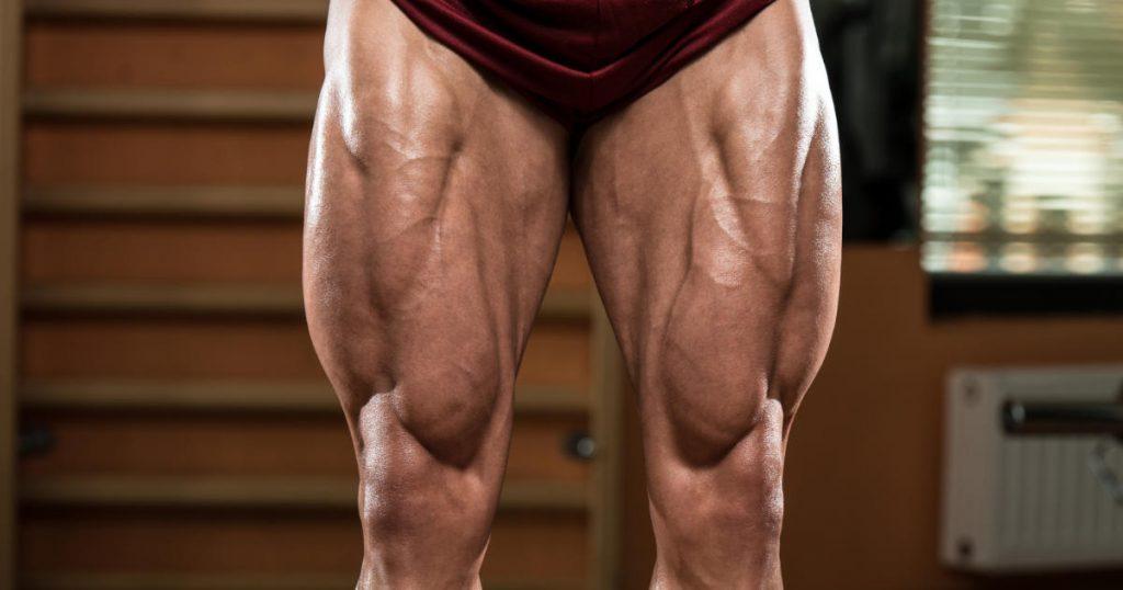 Frontansicht der Beine eines Bodybuilders
