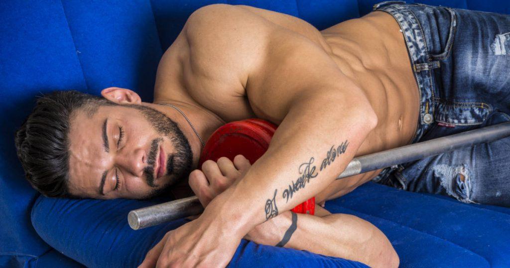 Bodybuilder schläft auf der Couch, um seinen Testosteronspiegel natürlich zu erhöhen