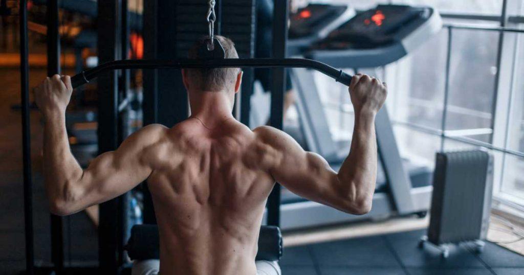 Rückenübung: Latziehen hinter dem Nacken