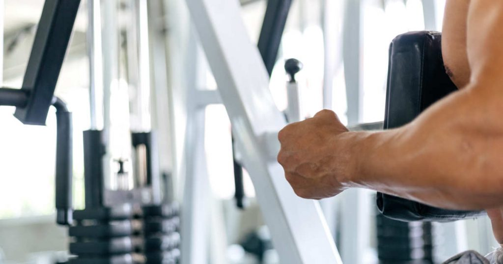 Rückenübung: Rudern an der Maschine mit Brustpolster
